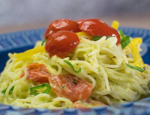 Espaguete de massa bifum com abacate e tomates cereja