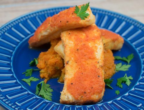 Filé de Cação grelhado, com marinada de pimentão e limão e purê de cenoura