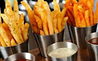 Batata fritas separadas em potinhos