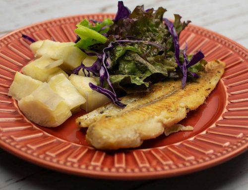 Mandioca e filé de Peixe com salada