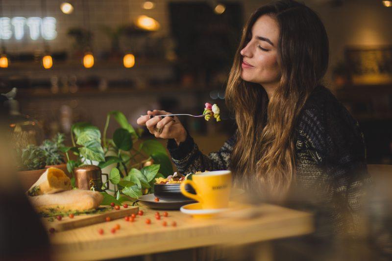 Mulher em sua reeducação alimentar